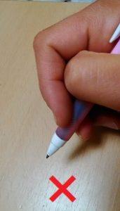 間違ったペンの持ち方①