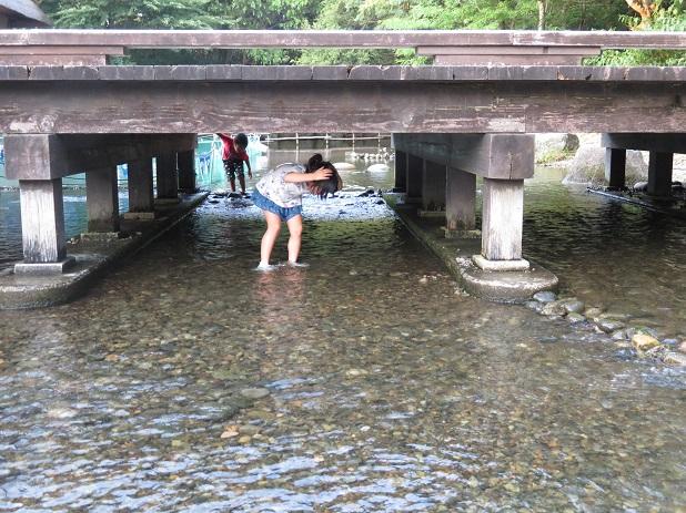橋の下をくぐる