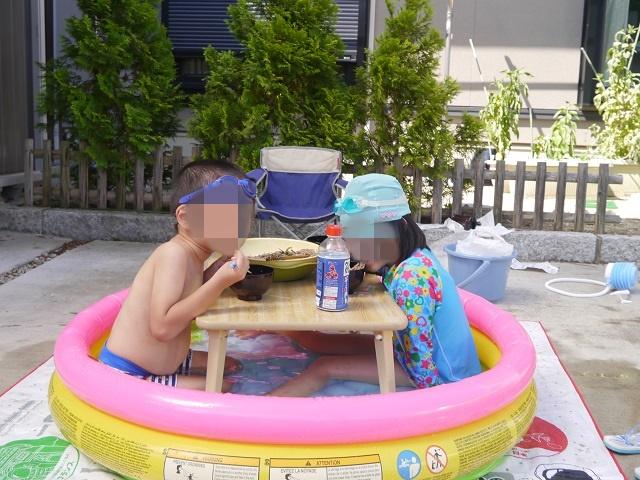 プールの中でそばを食べる