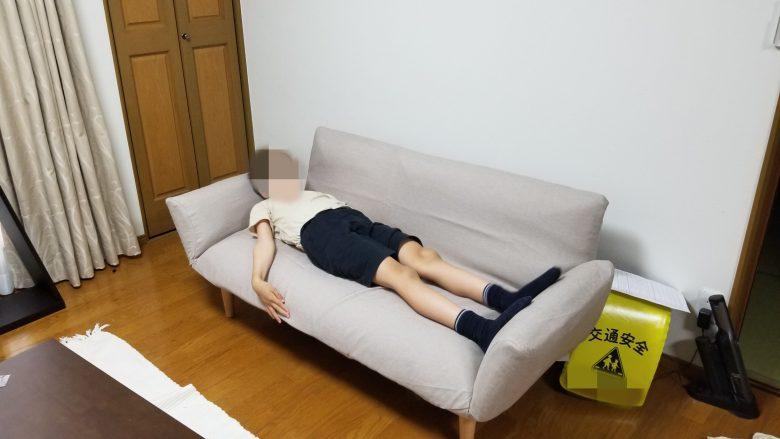 和楽ソファに子供が寝ころんだ様子